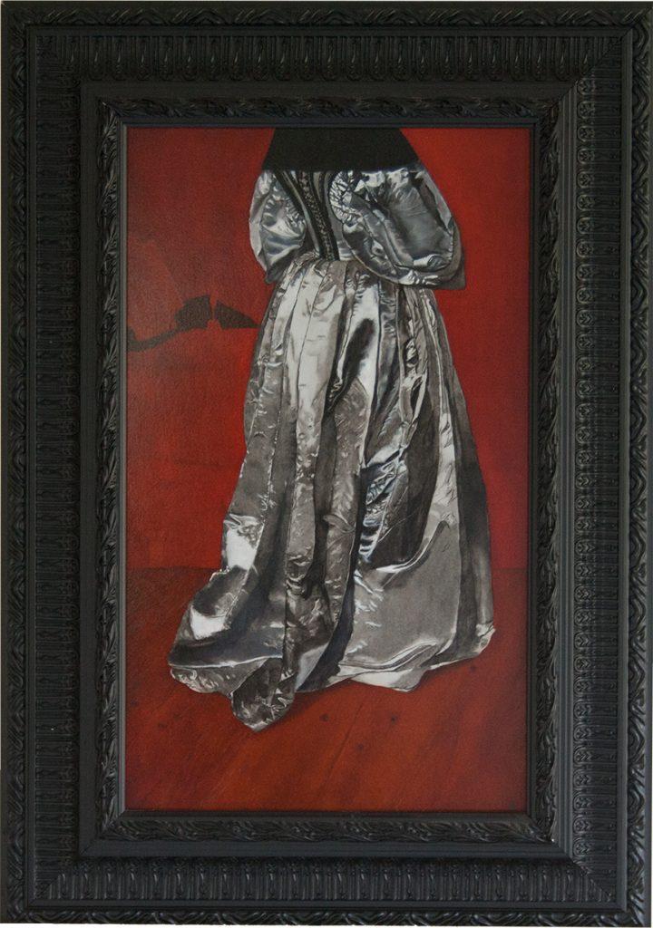 Schilderij Jurk, een zilveren jurk op een rode achtergrond