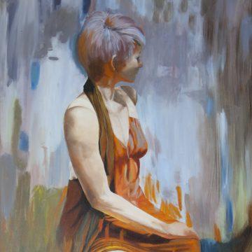 Schilderij van een vrouw in oranje die wegkijkt van het scherm, naar een schilderij van David Cheifetz